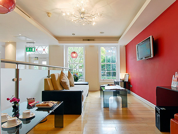 The lounge room at Shaftesbury Metropolis London Hyde Park