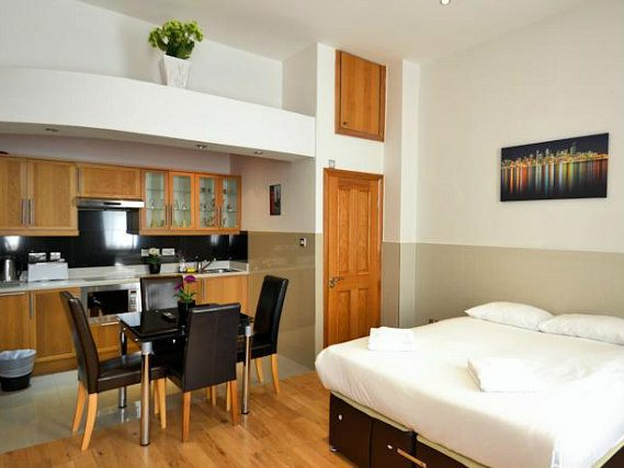 All studios arEin Doppelzimmer im Hyde Park Apartmentse stylish and modern