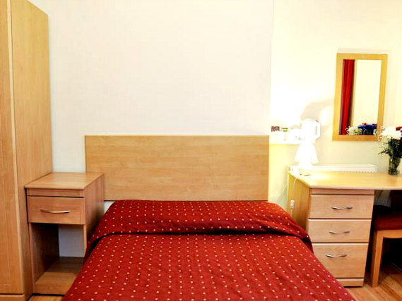 Put your feeEin Doppelzimmer im Elmwood Hotelt up in front of the TV in your room