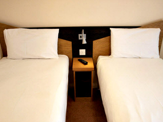 A typical twin room at Comfort Inn London