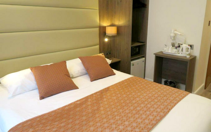 A comfortable double room at Glendale Hyde Park Hotel