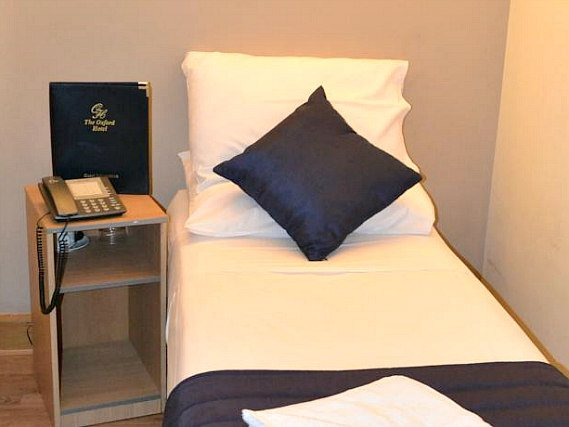 Une chambre simple à Oxford Hotel London