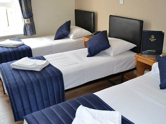 Une chambre triple de Oxford Hotel London