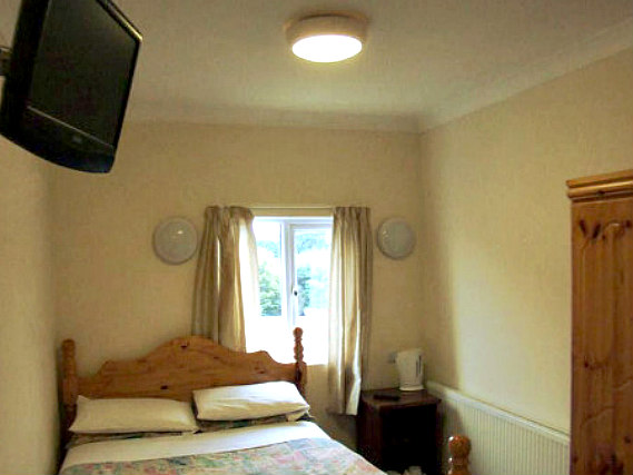 Put youChambre double de Grove Hill Hotelr feet up in front of the TV in your room