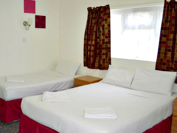Une chambre triple de The Park Hotel Ilford