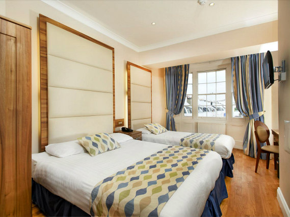 Une chambre triple de Royal Eagle Hotel London