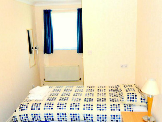 Une chambre simple à Heathrow Lodge