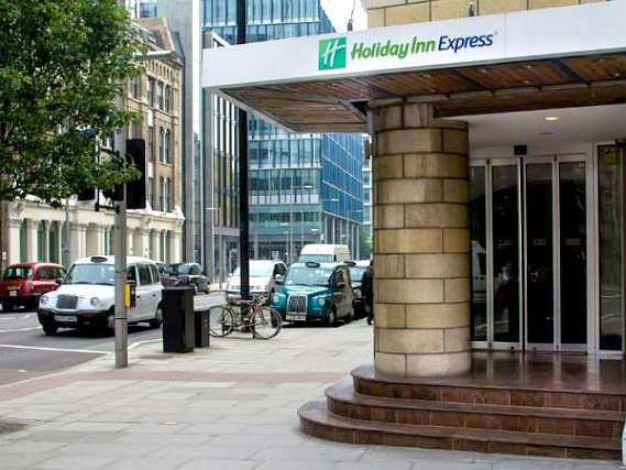 The Holiday Inn Express Southwark's welcoming entrance
