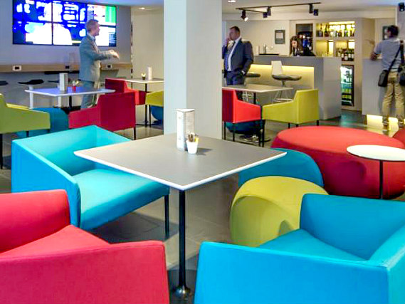 Relax and enjoy your meal in the Dining room at Holiday Inn Express Southwark