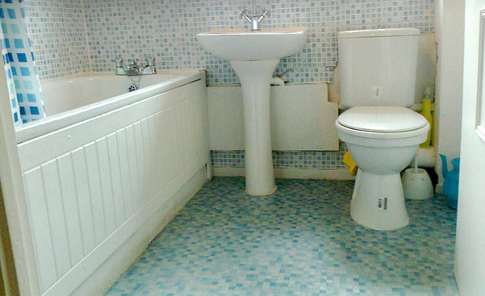 A typical bathroom at Stratford Budget Rooms