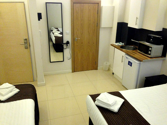 A spacious twin room at London Stay Apartments