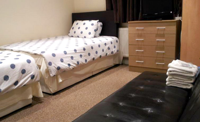 A comfortable twin room at Barking Park Hotel