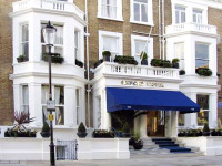 The attractive and traditional exterior of the Oxford Hotel London
