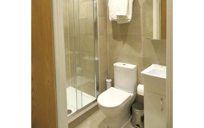 A typical bathroom at Glendale Hyde Park Hotel