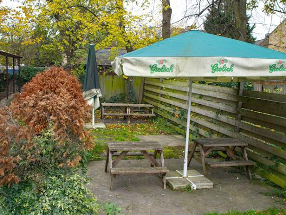 Step outside for a chat with friends and savour the garden atmosphere