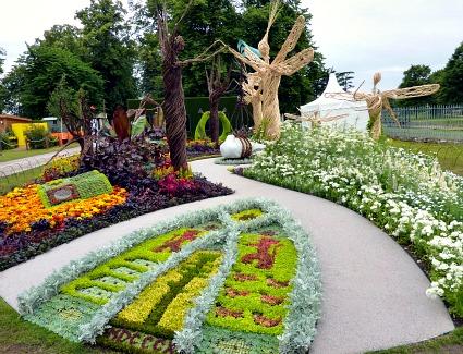 Hotels near rhs hampton court palace flower show from - Hampton court flower show ...
