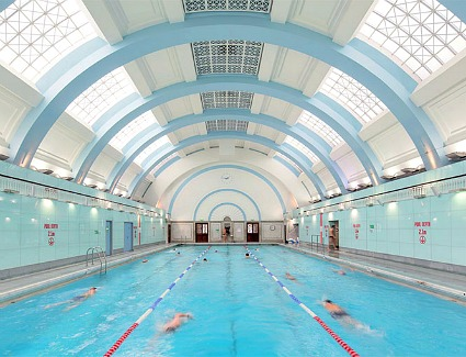 Hotels Near Drayton Manor With A Swimming Pool