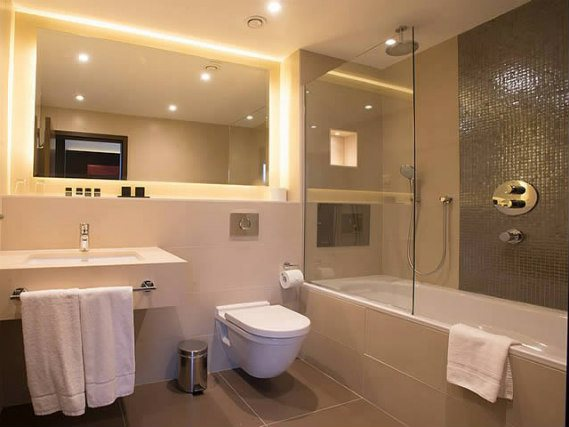 A bathroom at St Georges Hotel Wembley