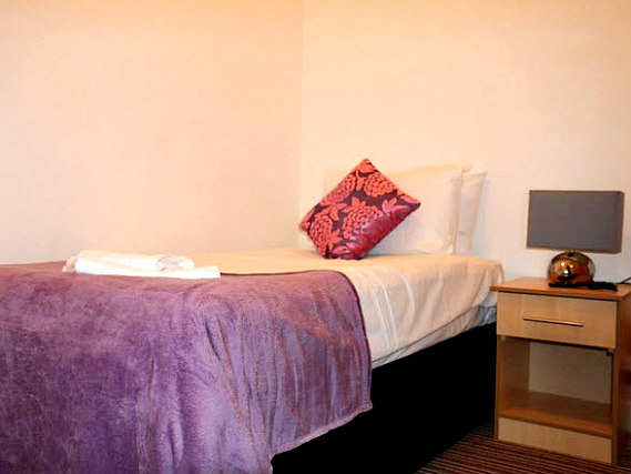 A comfortable single room at Metro House Hotel London