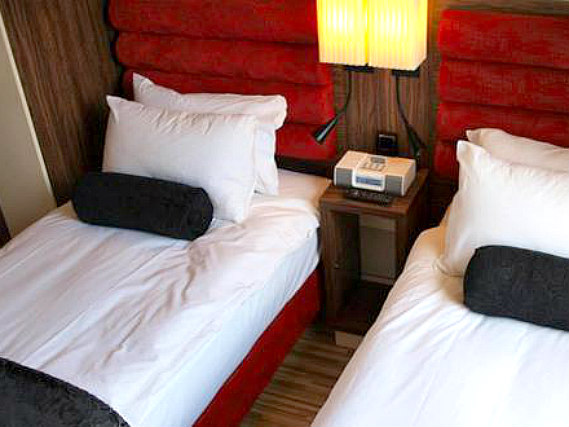 A comfortable twin room at Simply Rooms and Suites