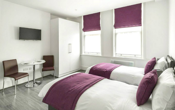 A twin room at Smart Stay Swiss Cottage