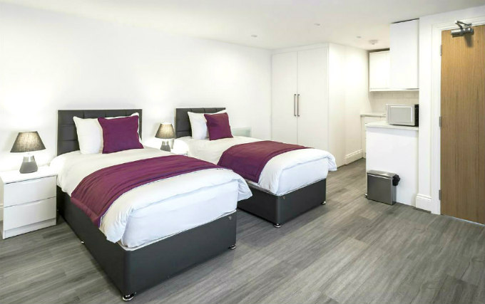 A typical twin room at Smart Stay Swiss Cottage