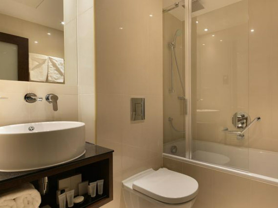 An ensuite bedroom at Hyde Park Premier Hotel