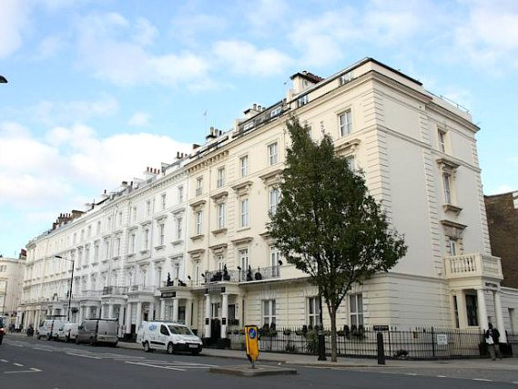 Huttons Hotel is situated in a prime location in Victoria close to Warwick Square