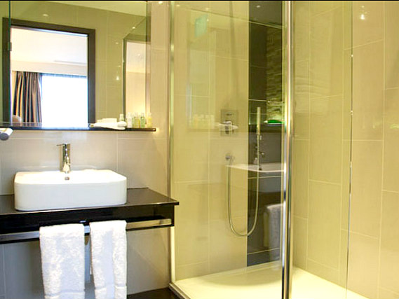 Relax in the private bathroom in your room at Holiday Inn London Kingston South