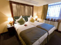 A twin room at the Shaftesbury Premier London Paddington Hotel