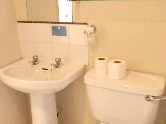 A typical bathroom at Fountain House Hotel