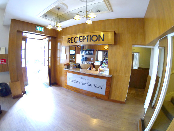 La reception dell'Lexham Gardens Hotel