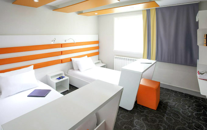 A comfortable twin room at Ibis Styles London Croydon