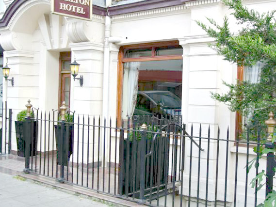 L'esterno dell'Carlton Hotel London