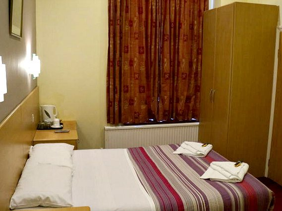 Una stanza matrimoniale dell' London Guest House Acton