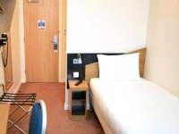 A typical single room at Comfort Inn London
